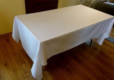 stół 160x80 z szarym obrusem,