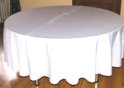stół okrągły z obrusem